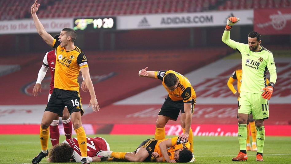 Die Mitspieler reagierten sofort, als David Luiz (l.) und Raúl Jiménez am Boden liegen blieben