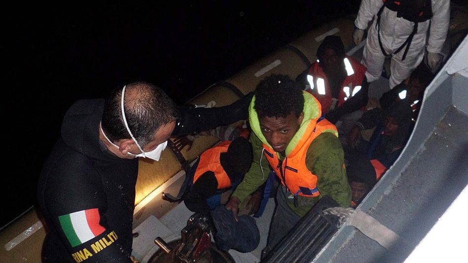 Rettungsoperation vor Lampedusa: Immer mehr Flüchtlinge