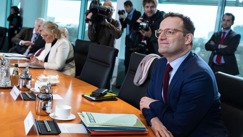 Gesundheitsminister Jens Spahn erhielt viel Kritik für den Gesetzentwurf zur Intensivpflege - und hat nun einen neuen im Kabinett verabschiedet