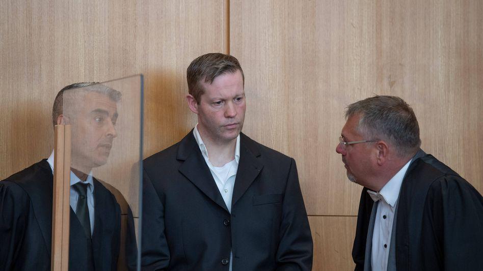 Stephan Ernst zwischen seinen Verteidigern Mustafa Kaplan (links) und Frank Hannig