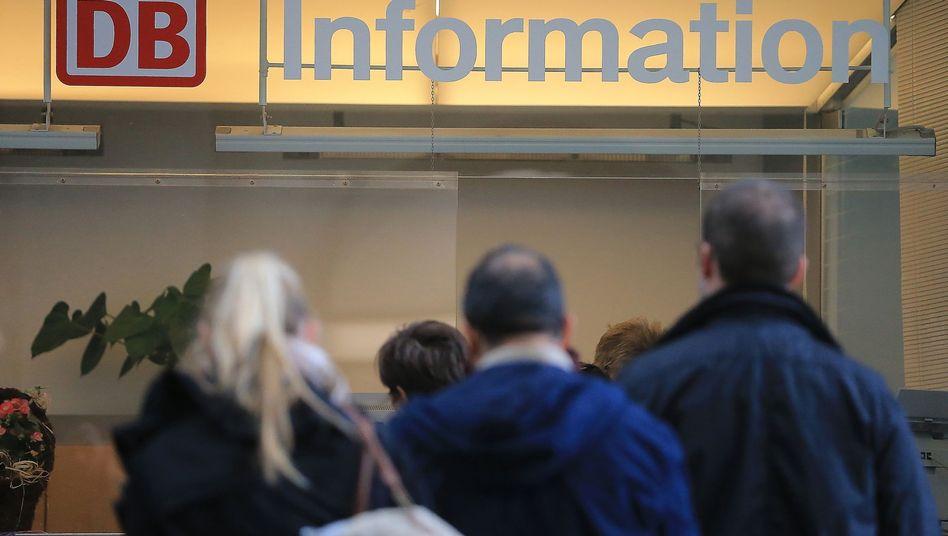 Bahn-Informationsschalter: Bei bestimmten E-Mails ist Misstrauen angesagt