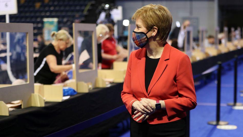 Die schottische Regierungschefin Nicola Sturgeon am Freitag in einem Wahllokal in Glasgow