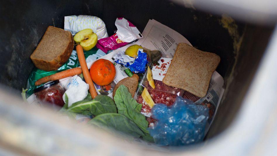 Lebensmittelabfälle in einer Mülltonne (Archivbild)