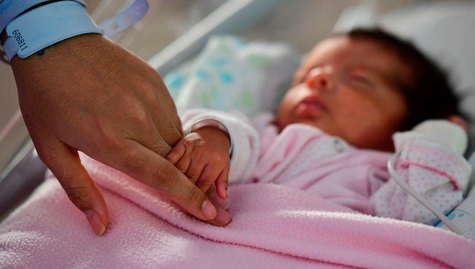 Auch Ungeborene können sich laut einer französischen Studie im Mutterleib mit dem Coronavirus infizieren. Laut der Veröffentlichung erholte sich das Kind jedoch wieder (Symbolbild)
