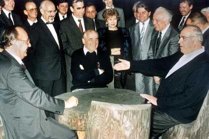 Helmut Kohl (right), Mikhail Gorbachev (center) and former German Foreign Minister Hans-Dietrich Genscher in 1990