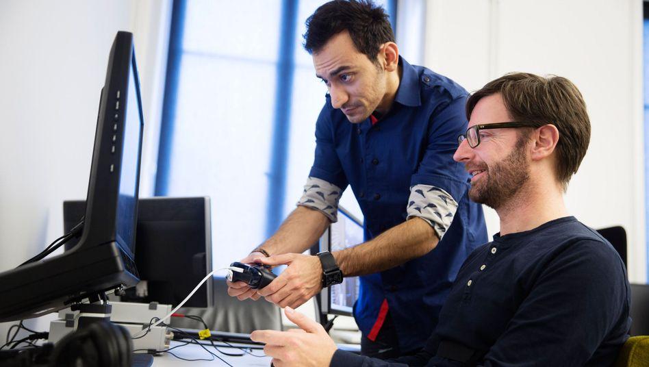 Autor Carsten Görig in einem Ubisoft-Testlabor: Weltweit gibt es rund 100 Mitarbeiter