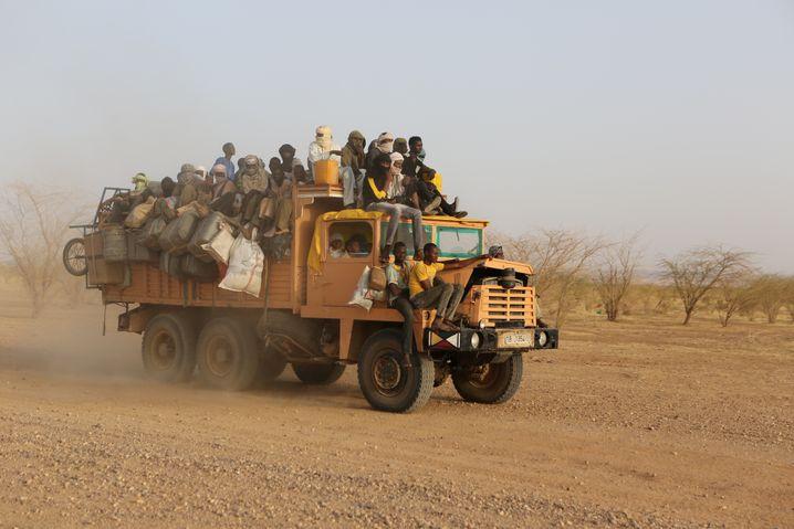 Pick-up in der Sahara: Hin und wieder fällt einer runter