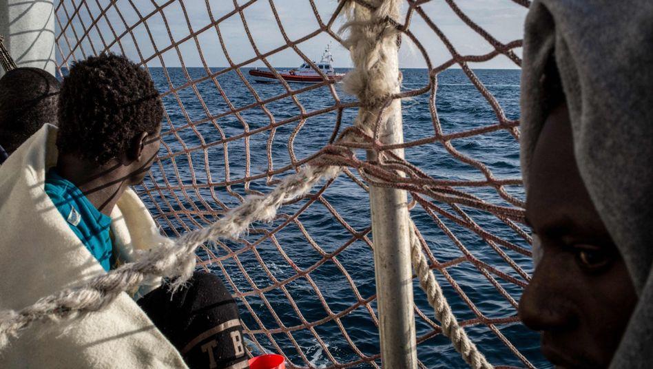 """Ein Boot der italienischen Küstenwache fährt an der """"Sea-Watch 3"""" vorbei."""