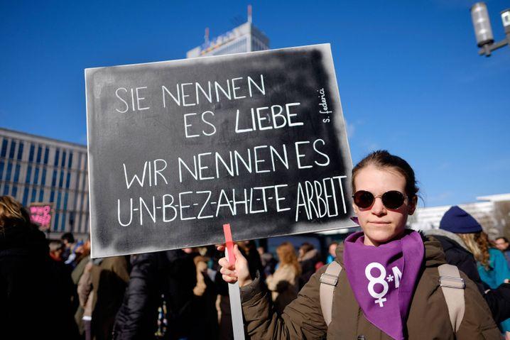 Demonstration für Gleichberechtigung von Frauen anlässlich des Internatioanlen Frauentags am 8. März in Berlin snapshot-photography/xK.M.Krause *** Demonstration for equal rights for women on the occasion of the International Womens Day on 8 March in Berlin snapshot photography xK M Krause