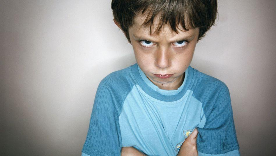 Schmollender Junge: Kindern Grenzen setzen, auch wenn es nicht die eigenen sind?