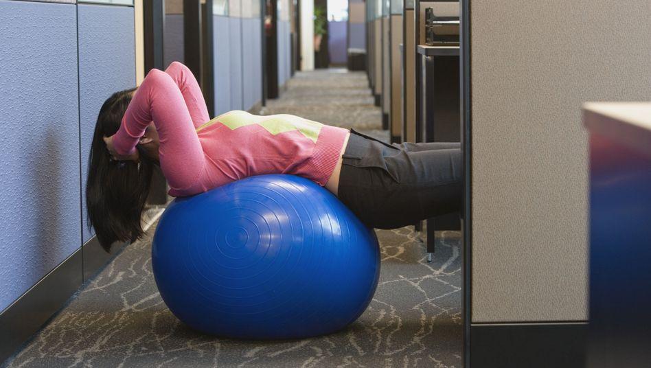 Gymnastik im Büro: Mitarbeiter profitieren nur selten vom Firmenangebot