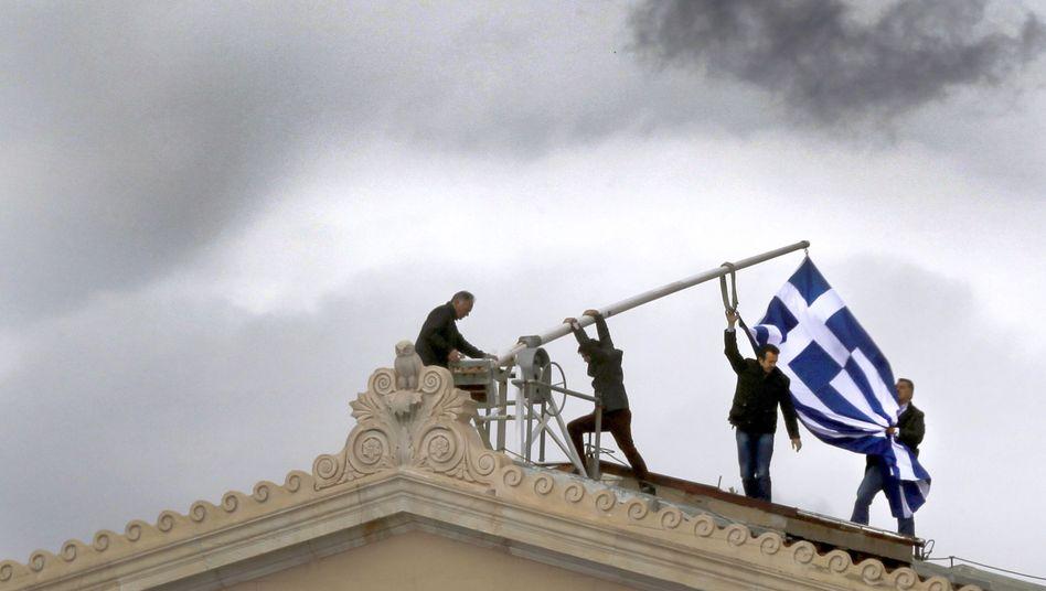 Flaggenreparatur auf dem Parlament in Athen: Ein Land am Rande des Abgrunds