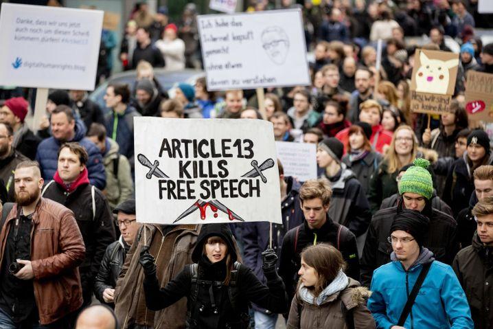 """Plakat auf der Demo in Berlin mit der Aufschrift """"Article 13 kills free Speech"""""""