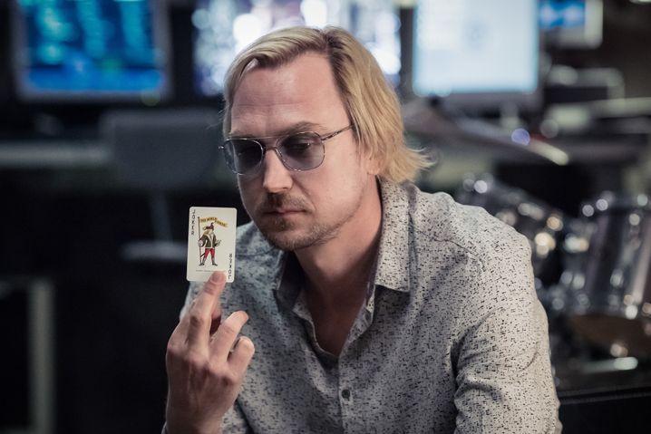 """Erinnert an Julien Assange: Der Betreiber der Enthüllungsplattform """"Hydraleaks"""", gespielt von Lars Eidinger, ist untergetaucht"""