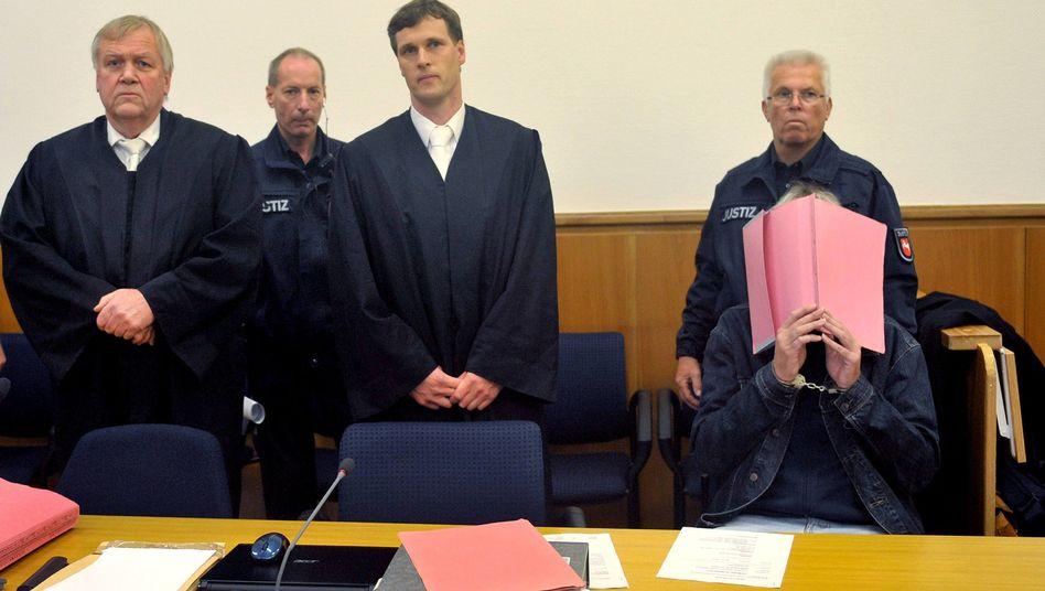 """Angeklagter Martin N. (in Handschellen beim Prozessauftakt): """"Scham und Reue"""""""
