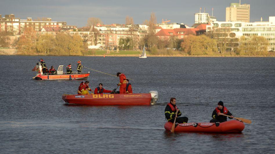 Einsatzkräfte suchen mit Booten auf der Hamburger Außenalster nach dem Vermissten