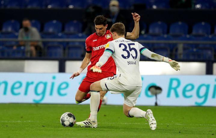 Und plötzlich war er vor Nübel: Alario prüft Schalkes Torwart