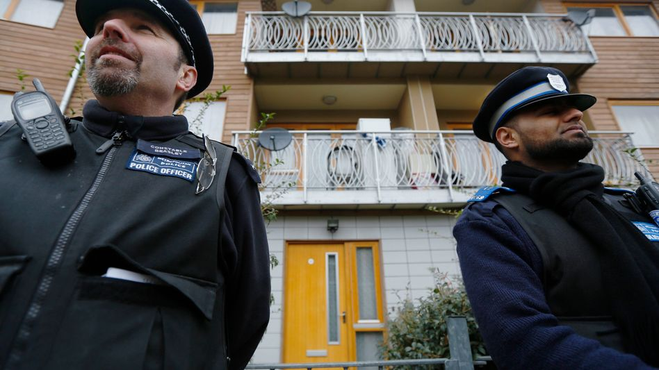 Polizeiwache vor dem Haus in Brixton: Opfer sollen vernommen werden