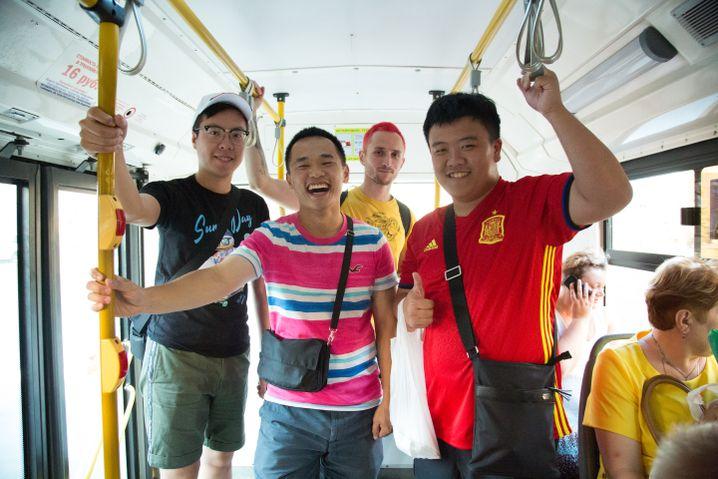 Anton mit seinen drei Gästen aus Hongkong im Bus und auf den Weg nach Hause, er hat ihnen seine Wohnung über Airbnb vermietet