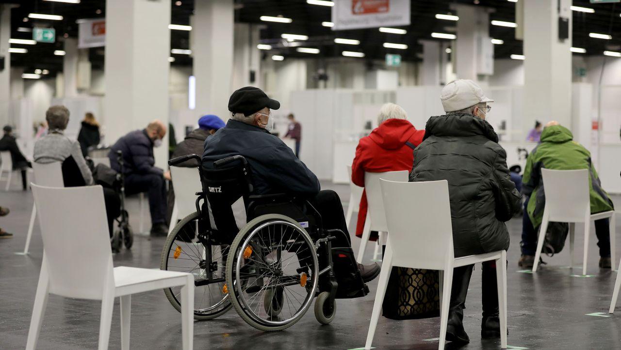 Geänderte Empfehlungen: Warum Ältere jetzt doch mit AstraZeneca geimpft werden sollen - DER SPIEGEL