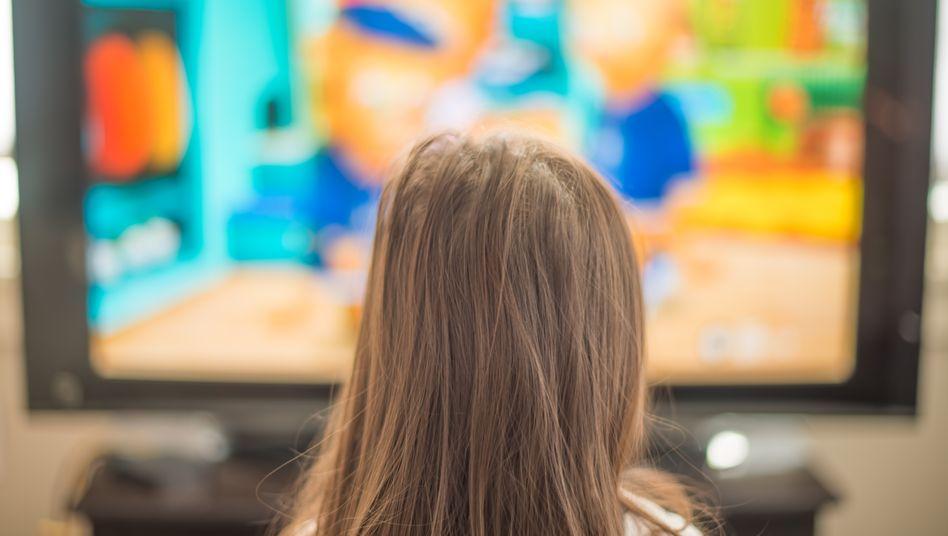 M??dchen vorm Fernseher
