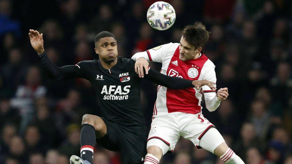 Das Duell dieser Eredivisie-Saison bleibt ohne Sieger: Alkmaars Myron Boadu (links) im Zweikampf mit Amsterdams Nico Tagliafico