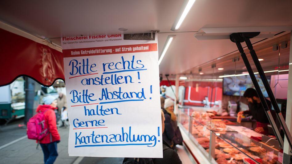 Wochenmarkt in Hamburg, April 2020: Auch viele Händler bevorzugen in der Pandemie Plastik- statt Bargeld