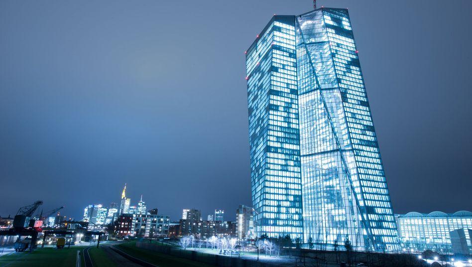 Europäische Zentralbank in Frankfurt am Main: In Griechenland heben viele Bürger Geld von ihren Konten ab