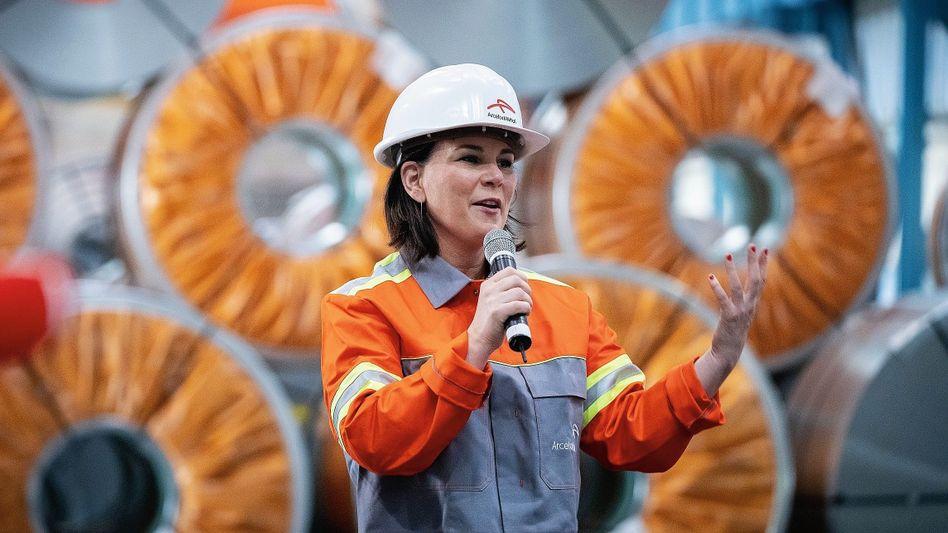Grünen-Kanzlerkandidatin Baerbock in einem Stahlwerk in Eisenhüttenstadt