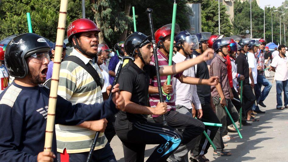 Mit Stöcken bewaffnet: Anhänger der Muslimbruderschaft am Montag in Kairo
