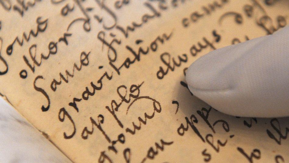 """Manuskript der """"Memoirs of Sir Isaac Newton"""" (Archivbild): Der britische Naturforscher fügte die Konstante G einst in sein Gravitationsgesetz ein."""
