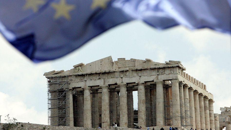 Eine EU-Fahne vor dem Parthenon-Tempel auf der Akropolis in Athen