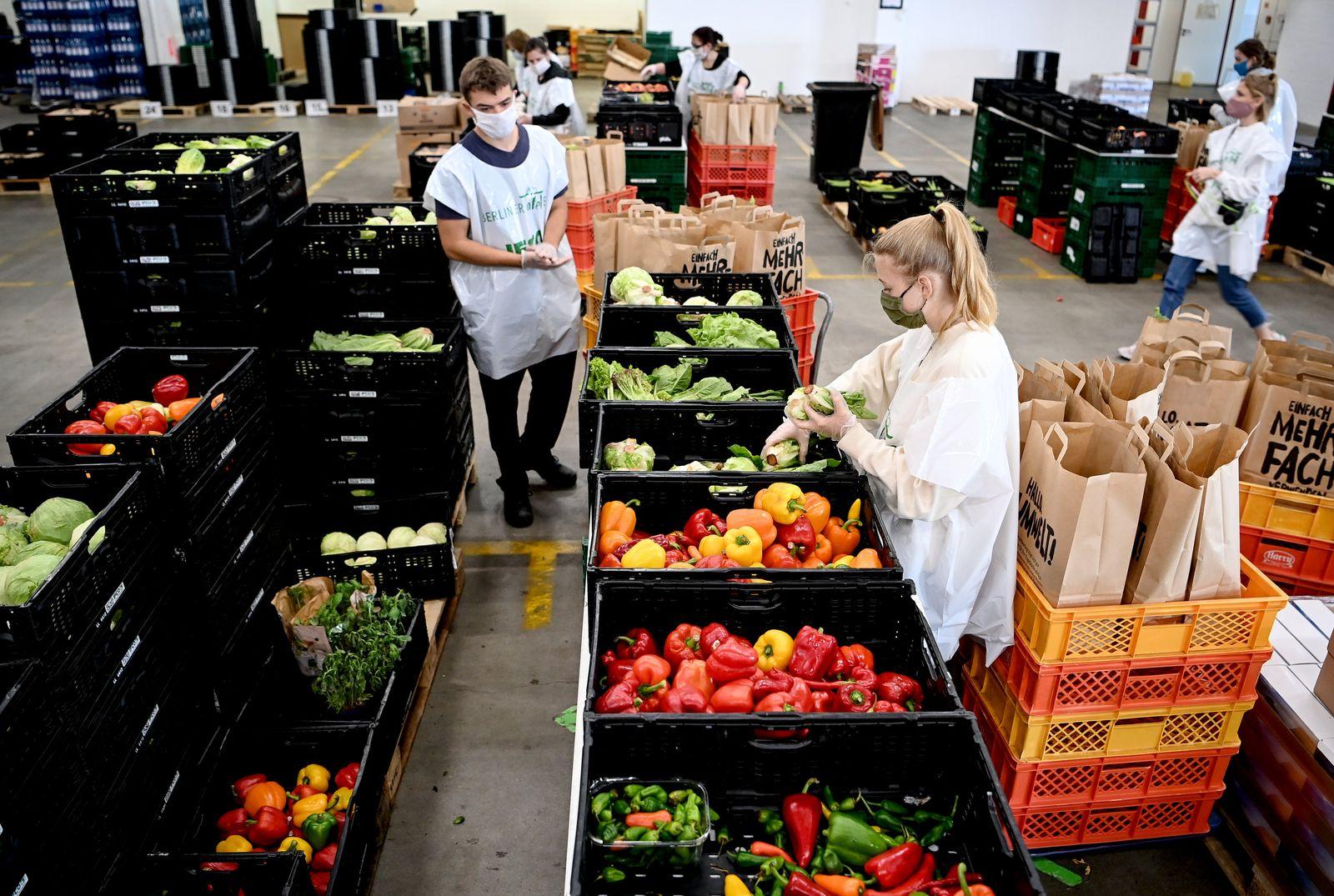 Berliner Tafel packt 100.000 Lebensmitteltüten