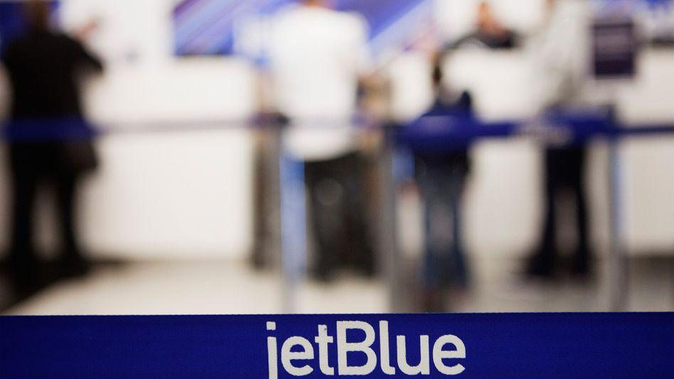 JetBlue-Schalter (in New York): Schlaftrunkener Fluggast pinkelt zwischen die Sitze