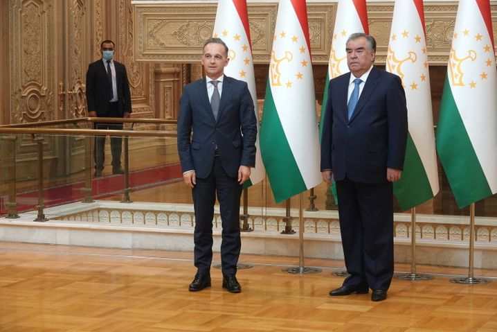 Maas bei seinem Treffen mit dem tadschikischen Staatspräsidenten Emomali Rachmon