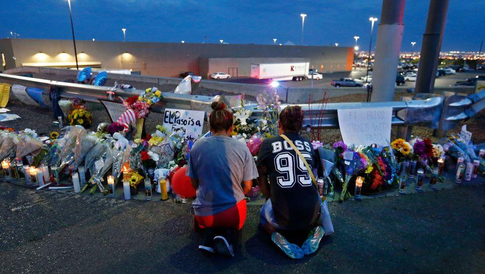Zwei Frauen trauern vor dem Einkaufszentrum in El Paso, in dem 20 Menschen erschossen wurden