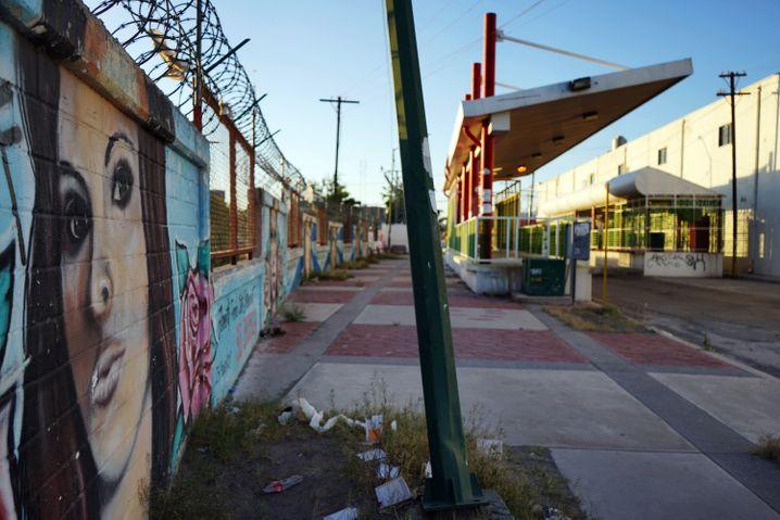 In der Coronakrise ist das Zentrum leerer als sonst, dennoch finden weiter Übergriffe auf Frauen statt - auch in deren Zuhause. Wandbilder erinnern an Frauen, die entführt oder getötet wurden – wie Janet Paola Soto Betancourt, die 2011 aus dem Zentrum verschwand.