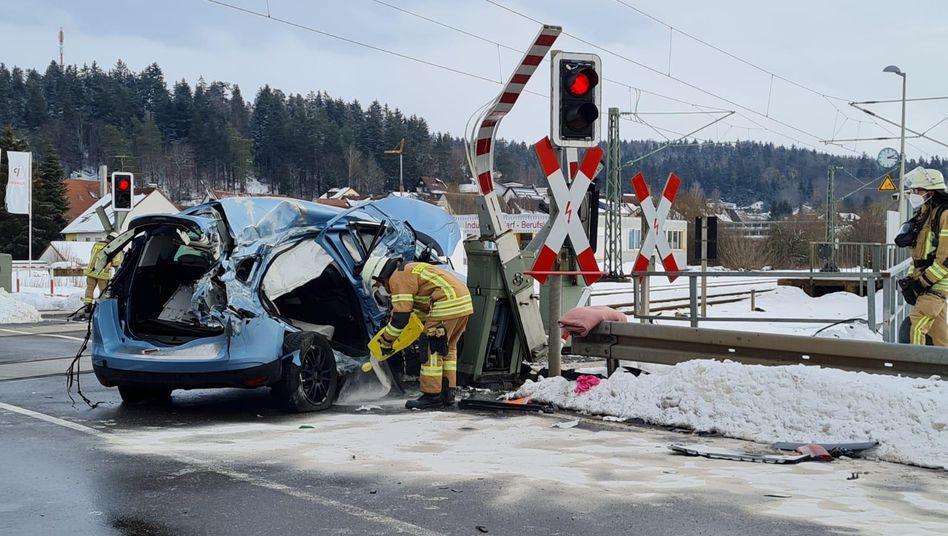 Unfallstelle in Villingen-Schwenningen (Baden-Württemberg): Die Frau konnte das Auto noch verlassen, bevor es von einem Zug erfasst wurde