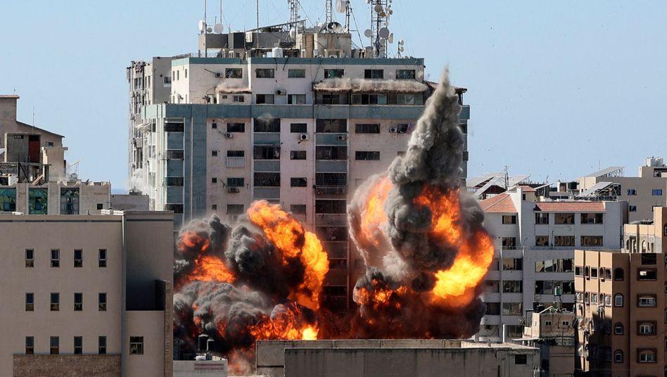 Brennender Al-Jalaa-Turm in Gaza: Einsturz nach Raketenangriff