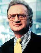 Thomas Fischer, Jahrgang 1947, ist promovierter Ökonom und gilt als ausgewiesener Fachmann für die internationalen Finanzmärkte. Bei der Deutschen Bank war er lange Jahre Chef des Handels mit Finanz-Derivaten (Optionen, Futures, Swaps) und seit 1999 als Mitglied des Vorstands zuständig für das Controlling und die Risikokalkulation der Handels- und Kreditaktivitäten des Konzerns. Im Januar schied er aus dem Vorstand aus, weil er die von Bankchef Joseph Ackermann durchgesetzte neue Management-Struktur nach amerikanischem Vorbild nicht akzeptieren wollte.