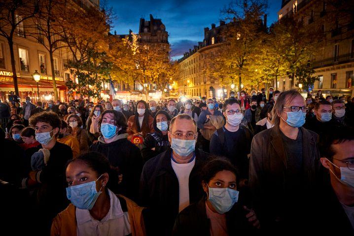 Tausende versammeln sich in Paris, um Samuel Paty zu gedenken