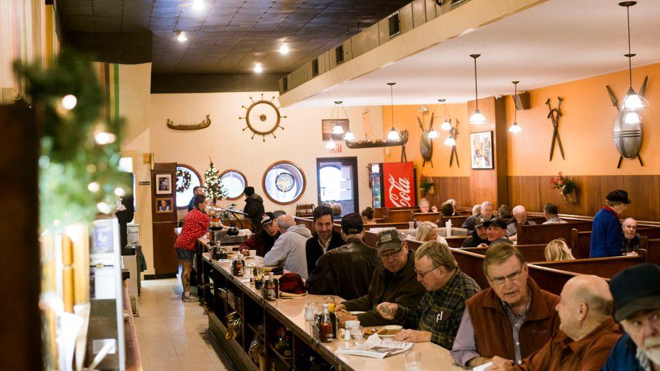 Gäste des Viking Cafes in Fergus Falls, SPIEGEL-Korrespondent Scheuermann (6.v.r.)