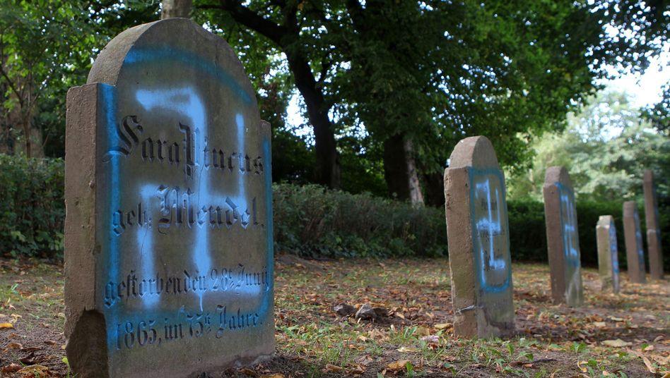 Mecklenburg-Vorpommern: Schmierereien an Grabsteinen auf einem jüdischen Friedhof