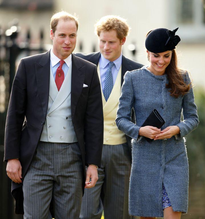 Stilecht: William und Harry (im Morning Coat) mit Kate (hochgeschlossen und mit Hut) bei einer Hochzeit