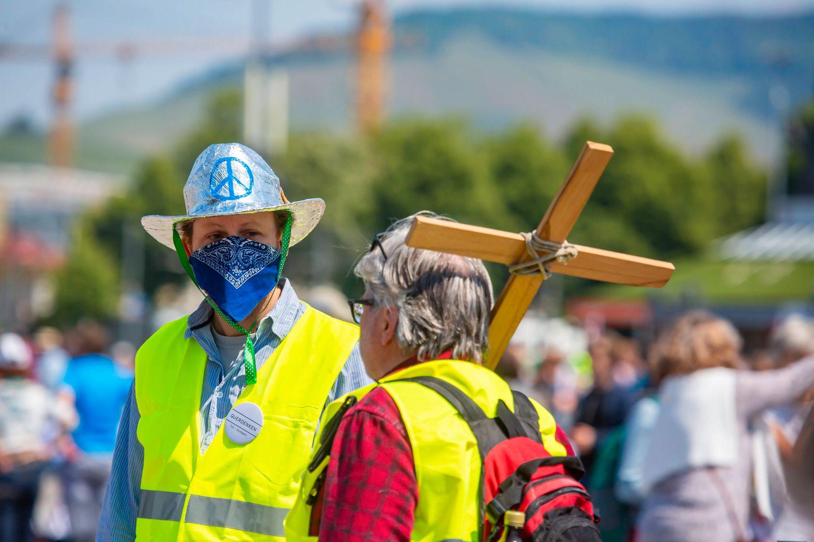 Deutschland, Baden-W¸rttemberg, Stuttgart, 16.05.2020: 8. Mahnwache f¸r das Grundgesetz. Mehrere Tausend Menschen demons