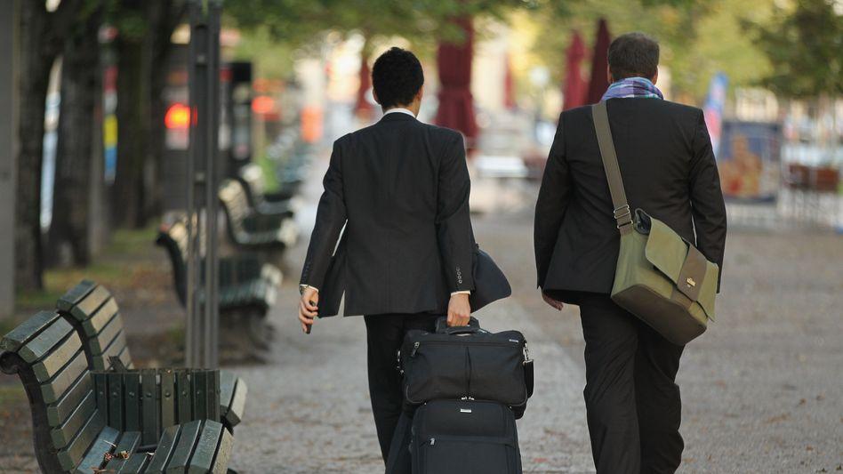 Zwei Männer auf dem Weg zum Reichstag (Symbolfoto)