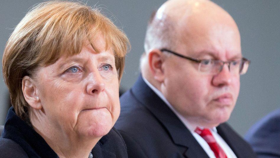 Kanzlerin Merkel, Kanzleramtschef Altmaier: Die Welt teilt sich in Feinde und Verräter