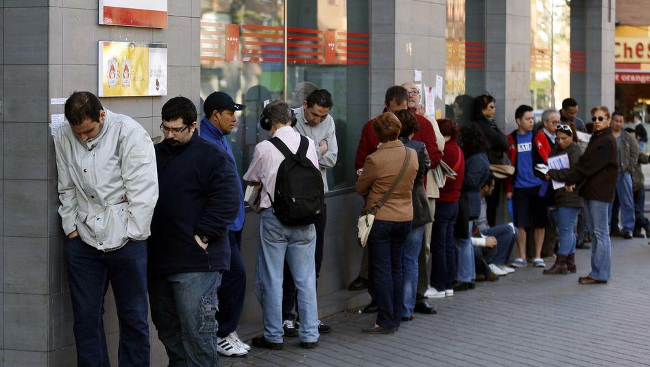 Wartende vor einem Arbeitsamt in Madrid: Mehr als jeder Vierte arbeitslos