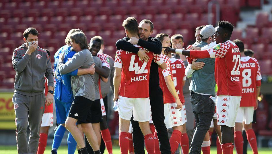 Trainer Bo Svensson umarmt Alexander Hack