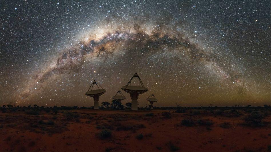 Milchstraße über dem ASKAP-Radioteleskop-Array